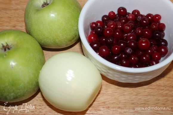 Яблоки помыть и очистить от кожицы. Клюкву разморозить.
