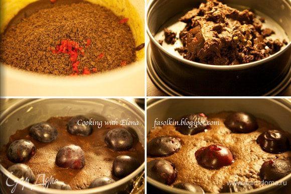 В смесь влить растопленный шоколад, остатки тёртого шоколада и чили.Всё хорошо перемешать. Форму смазать маслом и выложить в неё шоколадную смесь. Тесто будет ОЧЕНЬ плотным. Автор советует смочить руки горячей водой и распределить ладонями смесь. Сливы промыть и обсушить, разрезать пополам и удалить косточку. Выложить на бисквит. Духовку разогреть хорошо до 190С и выпекать торт 35 минут.