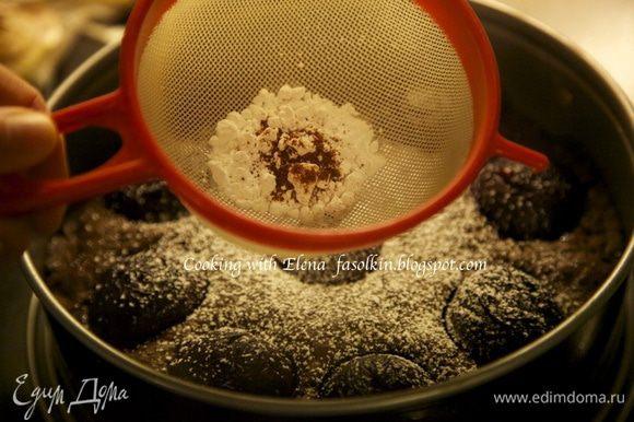 Готовый и горячий торт посыпать через сито сахарной пудрой и сухим чили. Мамма мия это ФАНТАСТИКА!