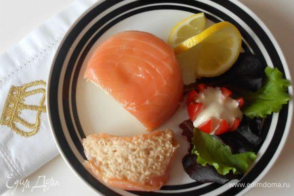 """Переверните формочки с муссом на тарелки, сервируйте салатом и подайте с хреном в томатах и тостами """"Мельба""""."""