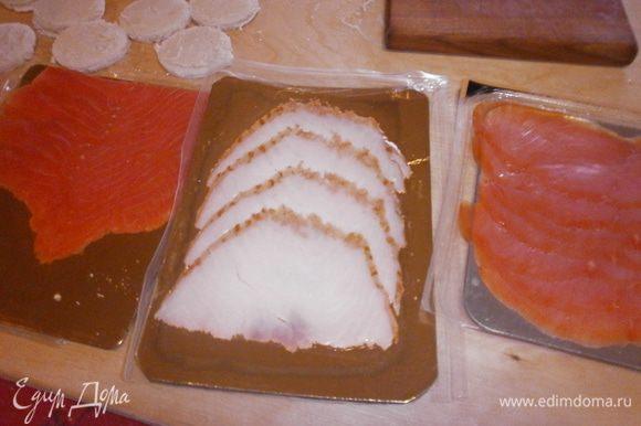 Выдавить диски диаметром 4 см. из хлеба и из пластинок рыбы.