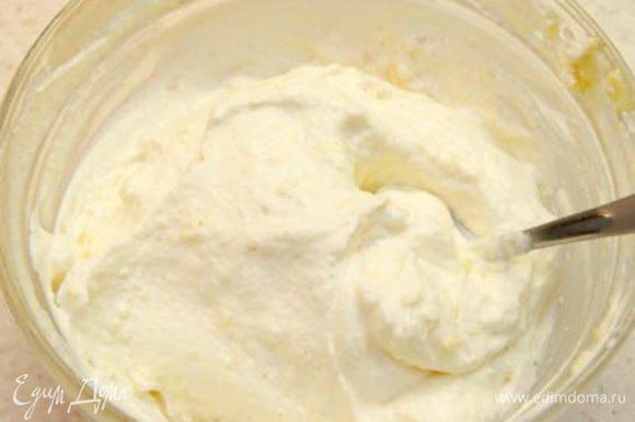 Ванильный крем: Заварной крем и сливки аккуратно перемешать до однородного состояния, стараясь сохранять пышность крема. Убрать в холодильник.