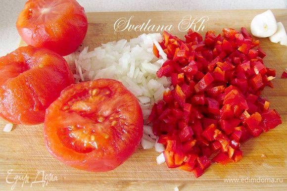 Для соуса измельчить все составляющие. Лук и чеснок поджарить до прозрачности. Добавить перец и помидоры.