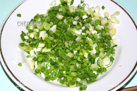 Измельчаем зелёный лук.
