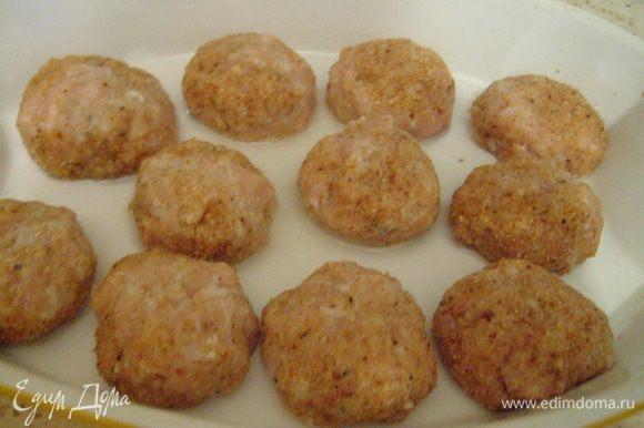 Сформировать из фарша небольшие шарики (тефтели). Выложить мясные шарики в смазанную растительным маслом форму. Запекать 20-25 минут в разогретой до 200°С, периодически переворачивая тефтели.