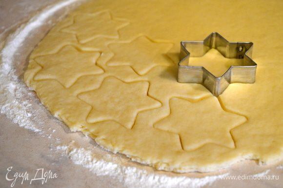 с помощью формочек выдавливаем печенье