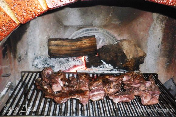 Когда барашек хорошо промаринуется, выкладываем его на решётку и жарим до готовности (на гриле или в камине).