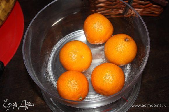 Для начала нужно сварить и остудить пюре из мандаринов. Нам нужно 200 г мандаринов.