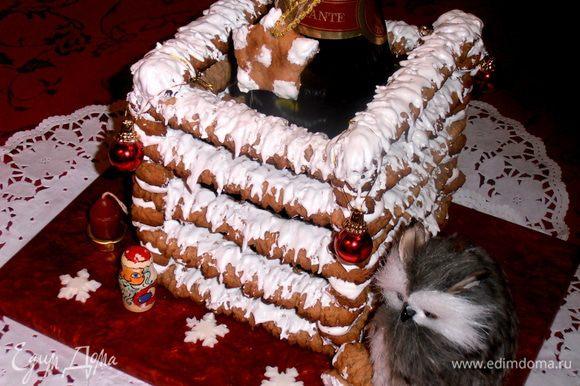 Украшаем нашу композицию зверюшками в тему и снежинками.Из сломанных печенек получилась скамеечка для филина (или куколки,если у Вас девочка)!