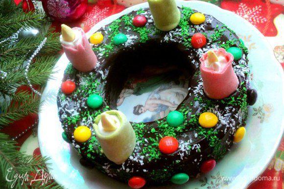 Растопить шоколад с маслом в микроволневке или на водяной бане, полить пирог со всех сторон. Украсить кокосовой стружкой, свечами, сделанными из мастики , конфетками ММ.