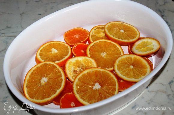 Утку порубить на порционные куски, быстро обжарить на сильм огне до золотистой корочки, положить в чашу мультиварки, посолить, поперчить и тушить 20-25 минут. Апельсины и мандарины нарезать колечками и выложить в форму для запекания.