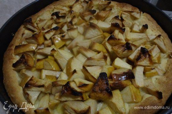 Выпекать в разогретой до 200 градусов духовке. Духовку надо разогреть заранее, чтобы пирог не простаивал с форме, иначе тесто может размокнуть от яблочного сока. Время выпекания 30 минут - надо следить пока тесто не станет готовым. Готовность проверять зубочисткой.
