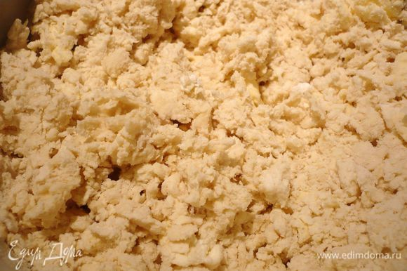 Готовим тесто. Муку с солью смешиваем с маслом в комбайне до образования крошки на низкой скорости, вводим творог и воду. Вымешиваем несколько минут в комбайне, затем перекладываем на присыпанную мукой рабочую поверхность.