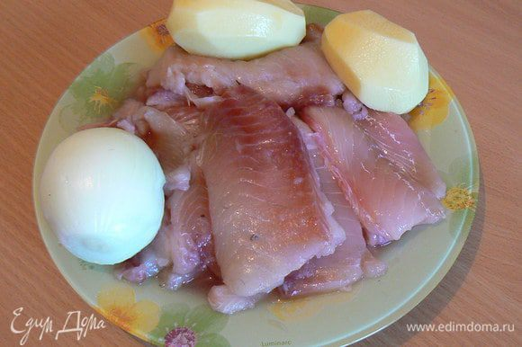 Через мясорубку прокручиваем рыбу, картофель, лук и отжатый с молока батон.
