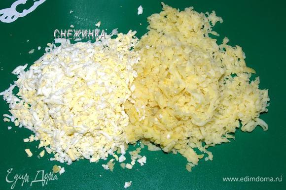 Картофель и 3 яйца натираем на крупной тёрке.