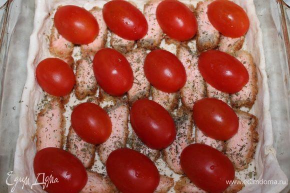 Посыпать сухим тархуном и выложить сверху половинки помидоров.