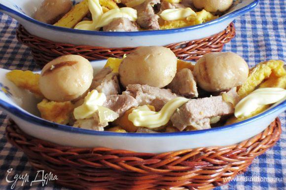 Мясо,лук,яичную соломку, грибы соединить ,заправить майонезом и хорошо перемешать.Можно добавить 1 ст.л. горчицы. Приятного аппетита )