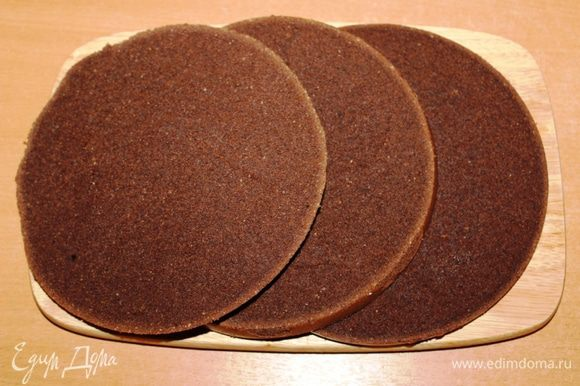 Корж охладить и разрезать на 3 (или 4) части. Бисквит получается довольно плотным, учитывая, что в составе теста есть орехи.