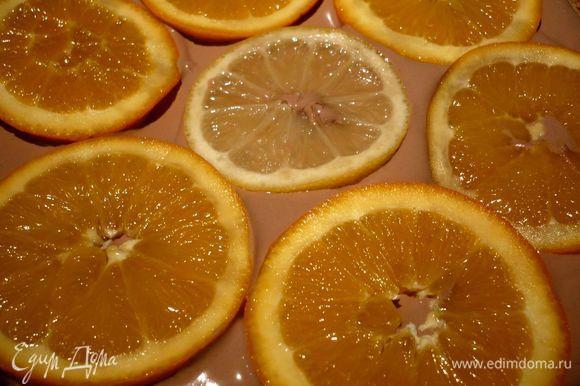 Собираем торт. На решетку, поставленную на блюдо (так чтобы могла стекать глазурь) ставим дно разъемной формы кладем ванильный корж, обильно поливаем его сиропом киви или апельсиново-лимонным, выкладываем крем, затем ломтики апельсинов и лимона.