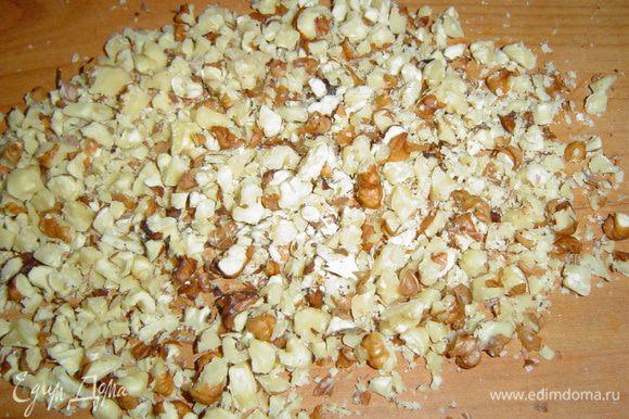 Грецкие орехи измельчаем с помощью ножа или скалки.