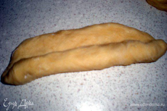 Теперь нужно скрутить тесто в колбаску,заворачивая как рулет.