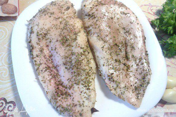 Мясо натереть травами, солью и перцем. Убрать в холодильник.