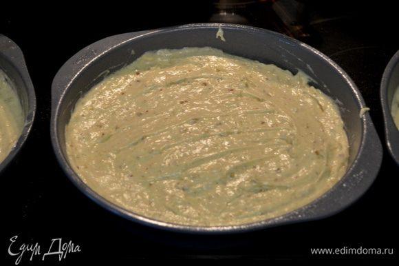 Вылить тесто в три формы ,поставить в разогретую духовку на 180 гр. 23-25 мин. Проверяем на готовность центр зубочисткой.