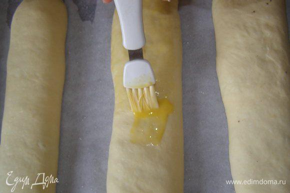 Выложить рулеты на смазанный маслом противень, верх смазать желтком. Дать постоять 30 минут.