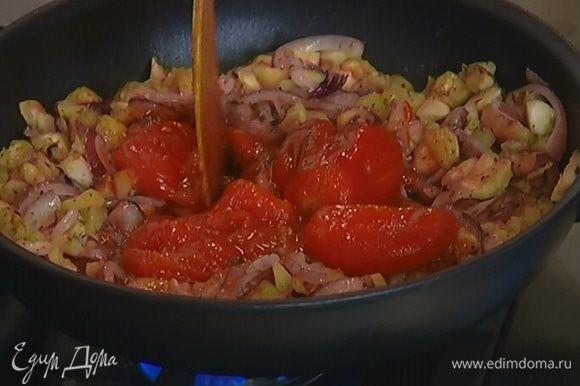 Отправить к баклажанам консервированные помидоры без сока, размять их и дать массе прогреться, затем добавить 1 ст. ложку хлебных крошек, поперчить, посолить, перемешать и снять с огня.