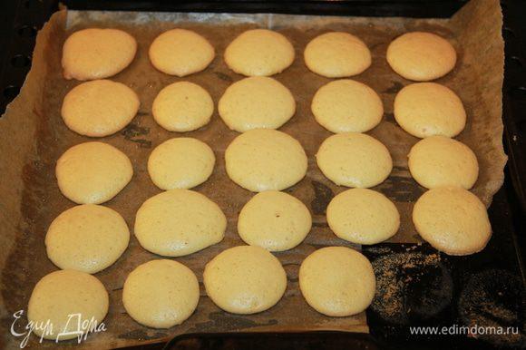 Выпекать при 180 С минут 10 или чуть больше (печеньки должны быть мягкие, это даже не как печеньки, а как бисквитики должны получиться). Они будут растекаться и должны чуть-чуть подняться. Главное не передержать в духовке, иначе будут дубовыми.