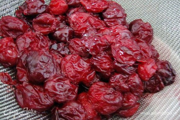 Готовим вишню. Смешать сахар и вишню, и на медленном огне кипятим 10 мин. Откидываем ее на дуршлаг. Оставшийся сок от вишни можно использовать как пропитку для десертов или приготовить кисель.