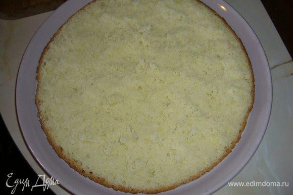 Испечь бисквит, остудить его. Срезать верхушку толщиной около 1 см и отложить ее.