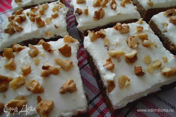 Готовый пирог остудить. Смазать кремом. Присыпать орешками. Нарезать квадратиками и подавать к чаю или кофе. Приятного аппетита!