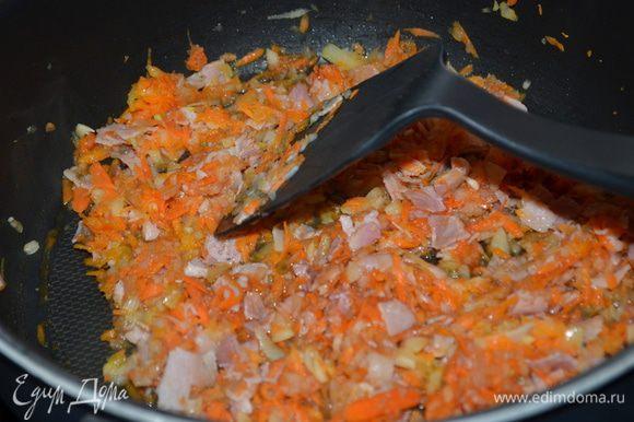 Разогреть сковороду на средне-высоким огне. Положить чуть масла. Добавить панчетту и тушить ее 2 мин. Добавить шалот и морковь и тушить еще 8 мин., помешивая. Затем томатную пасту добавим и готовим 1 мин., вино - 2 мин., снимем с огня и дадим охладится 5 мин.