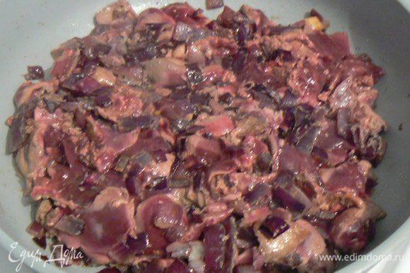 Печень промыть проточной водой, обсушить, добавить к луку, жарить 4-5 минут, посолить, добавить мускатный орех