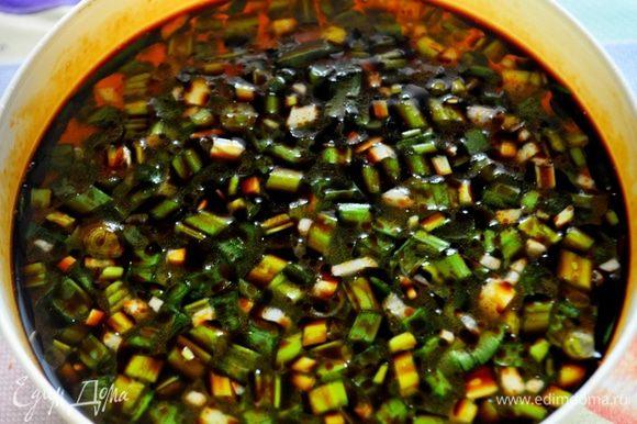 в креветочный бульон добавть мелко нарезанный зелёный лук,измельчённый чеснок,добавить соевый соус и кунжутное масло,хорошо перемешать,по желанию добавить измельчённый перец чили или острую приправу.