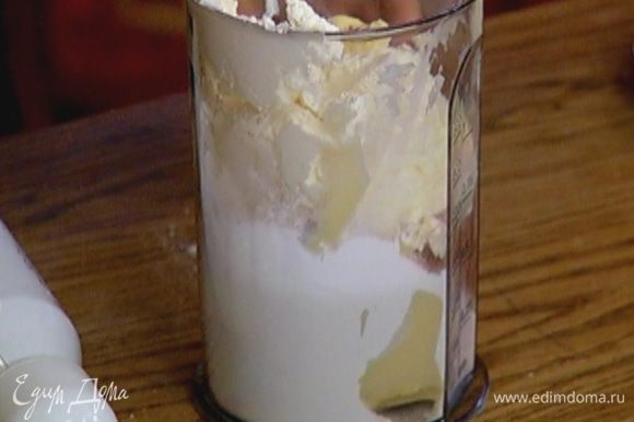 Приготовить крем: сливочный сыр, оставшееся сливочное масло, сахарную пудру и какао взбить миксером в однородную массу.