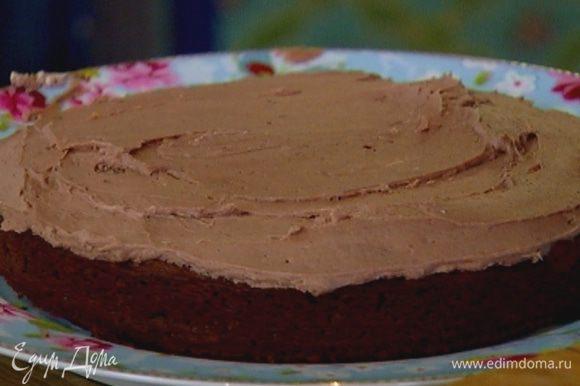 Равномерно покрыть кремом готовый пирог.