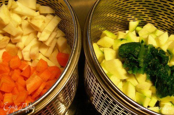 Морковь и сельдерей помещаем в одну корзину пароварки (нужно постараться их особо не смешивать), а в другую - кабачок и шпинат. Готовим минут 25. Конечно, можно овощи и просто отварить, главное по отдельности.