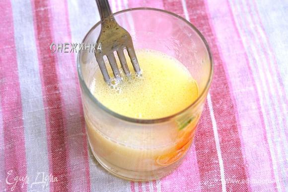 Для теста вбиваем в стакан яйцо, слегка взбиваем его вилкой. Добавляем растительное масло и воду, перемешиваем.
