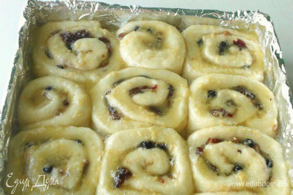 В сотейнике смешать все ингредиенты заливки, довести до кипения и равномерно полить поднявшиеся булочки.
