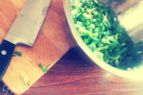 Зеленый лук нарезать мелко.