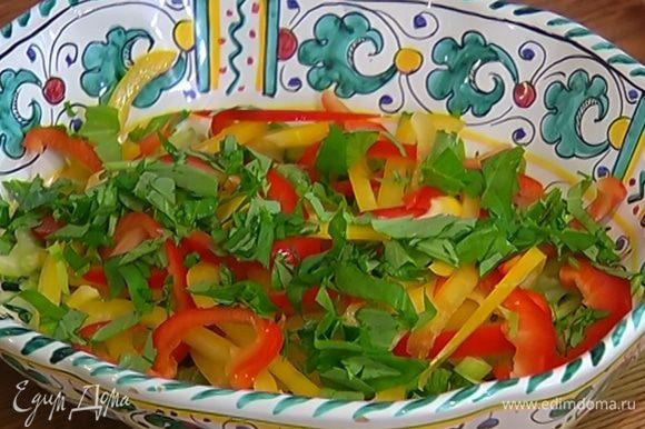 В глубокое блюдо выложить сельдерей, огурцы, сладкий перец и часть базилика, сбрызнуть оставшимся оливковым маслом, посолить, поперчить и перемешать.
