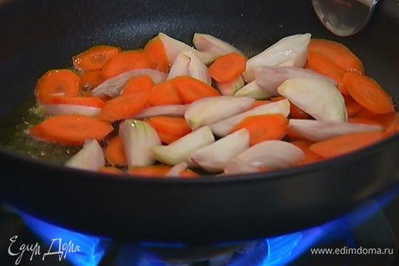 Разогреть в тяжелой сковороде со съемной ручкой 1 ст. ложку оливкового масла и обжарить лук и морковь до золотистого цвета.