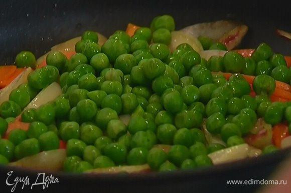 Добавить зеленый горошек, обжаривать еще 2–3 минуты, затем переложить все в глубокую миску (сковороду не мыть!).
