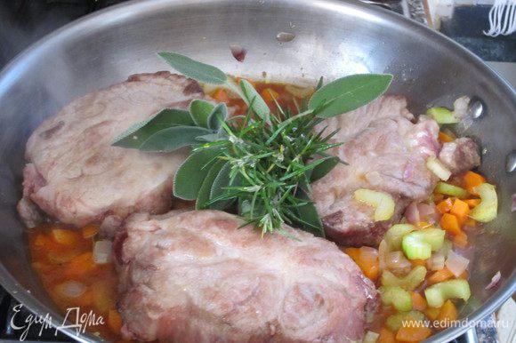 Томатный концентрат растворить в небольшом количестве бульона и добавить к овощам. Добавить мясо, пучок ароматических трав, немного бульона, накрыть крышкой и тушить на среднем огне 1 час.