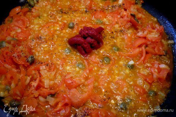 На сковороде разогреть немного оливкового масла, обжарить лук и сельдерей, добавить помидоры, мед, потушить в течение трех минут, добавить сок апельсина и лимона, каперсы и все перемешать, ввести томатную пасту, снова перемешать. Посолить и поперчить. Перемешать с макаронами.