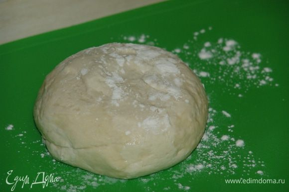 В просеянную муку добавляем соль и горячую воду. Замешиваем мягкое и эластичное тесто. Заматываем в плёнку и оставляем пока не приготовим фарш. В это время готовим начинку: в фарш добавляем соевый соус, сахар, соль, перец, кунжутное масло, кукурузный крахмал, мелко рубленный чеснок, имбирь, устричный соус, перемешиваем. Очень мелко рубим пекинскую капусту. Нарезаем побеги чеснока и лук, добавляем в фарш, перемешиваем, ставим в холодильник на 30 минут. Для соуса смешиваем уксус, соевый соус, кунжутное масло, сахар, воду. При желании, добавляем перец чили, побеги чеснока.