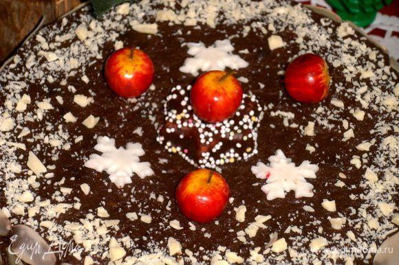 """Верх украсила марципановой конфетой в центре, готовыми шоколадными снежинками и декоративными яблочками (которые уже не раз мне помогали, например, в""""Муравейнике"""")."""