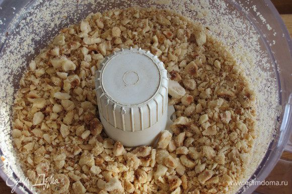 Печенье измельчить в блендере, фундук мелко нарезать.